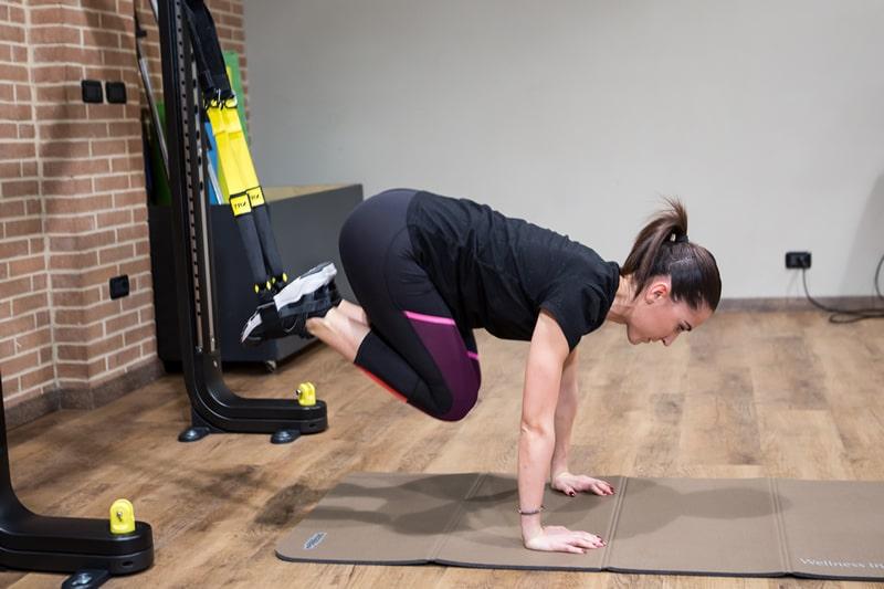 Performance sportiva esercizio TRX in sospensione