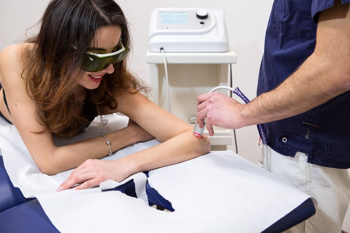 Trattamento braccio con laserterapia